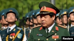 """Báo chí trong nước trích lời Ban Bảo vệ và chăm sóc sức khỏe trung ương cho biết Bộ trưởng Quốc phòng Việt Nam đã được phẫu thuật """"một khối u phổi"""" hôm 30/6 ở Pháp."""