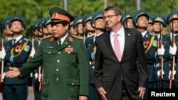 지난 6월 베트남 하노이를 방문한 애슈턴 카터 미 국방장관(오른쪽)이 탄풍쾅 베트남 국방장관과 함께 의장대를 사열하고 있다.