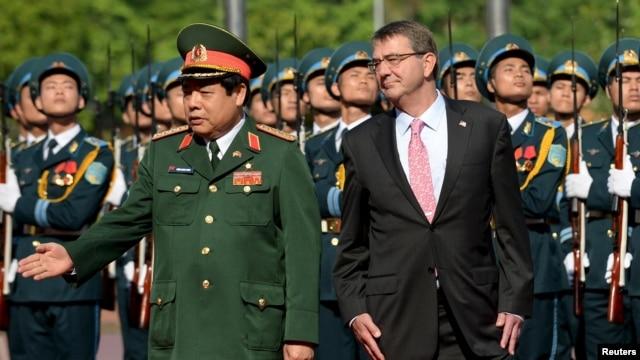 Bộ trưởng Quốc phòng Việt Nam Phùng Quang Thanh đón tiếp Bộ trưởng Quốc phòng Mỹ Ashton Carter trong một buổi lễ tại Hà Nội ngày 1/6/2015.