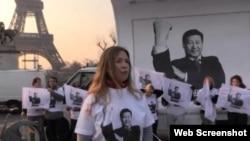 无国界记者组织的活动人士在中国国家主席习近平访问法国期间在巴黎抗议中国领导人蔑视信息自由,照片中的习近平图片是用图片软件修改过的(资料图片)