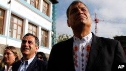 El presidente ecuatoriano, Rafael Correa (derecha) camina junto al alcalde de Quito, Augusto Barrera, quien perdió la elección.