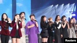 3일 평양 류경정주영체육관에서 열린 남북합동공연 '우리는 하나'에서 남북 가수들이 '다시 만납시다'를 부르고 있다.