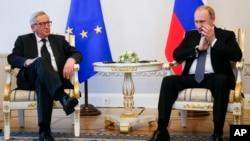 Tổng thống Nga Vladimir Putin (phải) và Chủ tịch Ủy ban châu Âu Jean-Claude Juncker trong cuộc hội đàm tại Diễn đàn Kinh tế Quốc tế St. Petersburg, Nga, ngày 16 tháng 6 năm 2016.