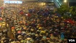 數以萬計香港人暴風雨中堅守抗爭高唱海闊天空(美國之音海彥拍攝)