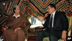 مصر کے سابق حکمران حسنی مبارک اور لیبیا کے رہنما معمر قذافی (فائل فوٹو)