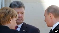 Tổng thống Ðức Angela Merkel (trái), Tổng thống Nga Vladimir Putin (phải) và Tổng thống Ukraine Petro Poroshenko nói chuyện trong lễ kỷ niệm D Day lần thứ 70 tại Normandy, Pháp, ngày 6/6/2014.