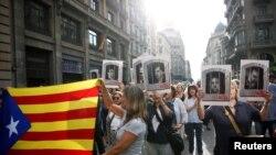 Independentistas protestan en Barcelona tras veredicto contra dirigentes catalanes en España el 14 de octubre de 2019.