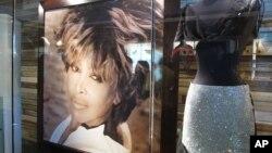 Este retrato y el vestido forman parte de la exhibición que se puede ver en el Museo Tina Turner.