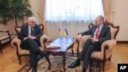 Thủ tướng Ukraine Yatsenyuk (phải) và Ngoại trưởng Đức Steinmeier hội đàm ở Kyiv, Ukraine, 22/3/14
