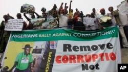 Dân Nigeria biểu tình chống tham nhũng tại Lagos. Tổ chức Minh bạch Quốc tế lưu ý về sự liên hệ giữa nghèo đói và nạn tham nhũng, nói rằng trong số 10 quốc gia có tỷ lệ hối lộ cao nhất, có tới 8 nước là ở Châu Phi.