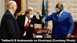 Ntoma Donald Booth, molakisi ya Etats-Unis na Sudan mpe Sudan ya Sud (G), na ntoma Mike Hammer ya Amerika na Kinshasa (C) na masolo na président Félix Tshisekedi, na cité ya Union africaine, Kinshasa, 23 mars 2021. (Twitter/Ambassade ya USA na Kinshasa)