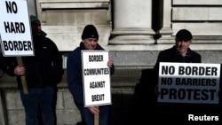 Демонстранти з гаслами проти кордону між північчю та півднем Ірландії. Дублін 25 квітня 2017р.