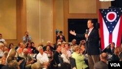 Mantan Senator Pennsylvania, Rick Santorum (kanan/berdiri) memberikan pernyataan ideologi partai Republik yang menekankan sikap anti aborsi (28/8).