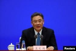 Menteri Perdagangan China Wang Wentao dalam konferensi pers di Kantor Informasi Dewan Negara di Beijing, China, 24 Februari 2021. (REUTERS/Carlos Garcia Rawlins)