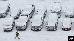 Un aficionado camina en el estacionamiento del Lambeau Field en Green Bay, Wisconsin antes de un juego de la NFL.