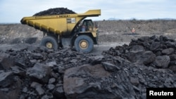 Kegiatan pertambangan batubara di Kalimantan (foto ilustrasi/ Antara). Churchill Mining PLC berusaha berinvestasi di Indonesia, dengan mencoba melakukan eksplorasi di tambang batubara Kutai Timur, namun belum terlaksana dan terlibat sengketa hukum dengan pemerintah Indonesia.