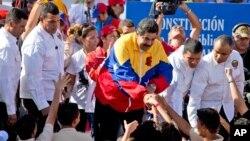 니콜라스 마두로 베네수엘라 대통령(가운데)이 지난해 12월 지지자들과 함께 카라카스에서 반미 집회에 참가했다. (자료사진)
