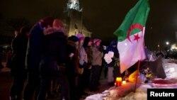 Warga memberikan penghormatan kepada para korban penembakan di Quebec City, Kanada (30/1). (Reuters/Christinne Muschi)