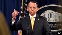 Deputy Jaksa Agung Rod Rosenstein menjawab pertanyaan media setelah mengumumkan dakwaan terhadap 13 warga Rusia, Jumat (16/2).