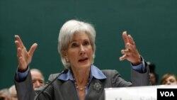 Bà Kathleen Sebelius, 65 tuổi, từng làm Thống đốc bang Kansas. Bà đã phục vụ trong vai trò lãnh đạo Bộ Y Tế và Dịch vụ Nhân sự trong 5 năm.