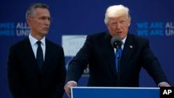 北約秘書長斯托爾滕貝格(右)5月25日與美國總統川普