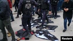Ankara Üniversitesi'nde ihraç edilen akademisyenlere destek için yapılmak istenen açıklama polis tarafından engellendi