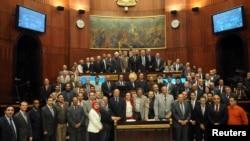Članovi ustavotvorne skupštine posle usvajanja nacrta novog ustava, u Kairu, 1. decembra 2013.