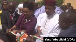 Shugaban Nijar Issoufou Muhammadou da Ministar Matasa Zainab Adam wurin bude taron