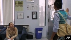 Rachel Lloyd (lijevo) razgovara s jednom klijenticom u sjedištu organizacije GEMS u New York Cityju