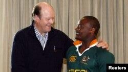 ٹونی گریگ(بائیں) جنوبی افریقہ کے رگبی یونین ٹیم کے رکن ریلاپلے کے ساتھ۔ (فائل)