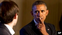 El presidente Barack Obama escucha una pregunta durante un ciber foro a través de Tumblr, donde habló sobre el control de armas.