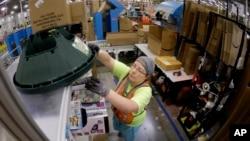 Seorang petugas menyiapkan paket barang yang dipesan secara online kepada sebuah perusahaan ritel AS (foto: dok). Belanja online diperkirakan akan naik tahun 2015 ini.