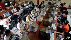 北京的年轻人在网吧里使用电脑(资料照片)