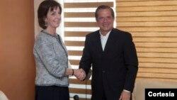 Roberta Jacobson junto al ministro de RR.EE. de Ecuador, Ricardo Patiño. [Foto: Cancillería de Ecuador]