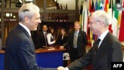 Predsednik Srbije Boris Tadić i predsednik Evropskog saveta Herman van Rompuj rukuju se tokom susreta u Briselu.