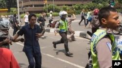 14일 테러 공격이 발생한 인도네시아 자카르타 도심에서 시민들과 경찰들이 총격을 피해 달아나고 있다.