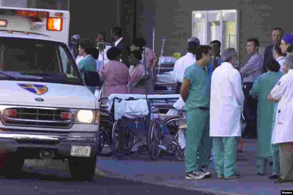 Des employés de l'Hôpital Saint Vincent attendent les blessés du World Trade Center à New York, le 11 septembre 2001.