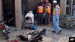 پلیس و امدادگران در مقابل بیمارستان دره اسماعیل خان پاکستان که هدف حمله قرار گرفت - ۳۰ تیر ۱۳۹۸
