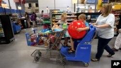Một gia đình mua sắm ở siêu thị Wal-Mart ở Springdale, Arkansas, ngày 4 tháng 6 năm 2015.