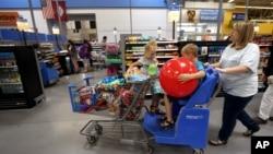 2016年六月,美国阿肯色斯普灵戴尔市的一家沃尔玛商店。消费者支出在四月份强劲增长了一个百分点,这是六年中的最大增幅。