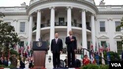 Presiden AS Barack Obama bersama Presiden Meksiko Calderon di depan Gedung Putih.
