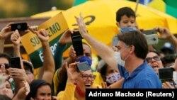 Prezida wa Bresil, Jair Bolsonaro ariko aramutsa abamushigikiye