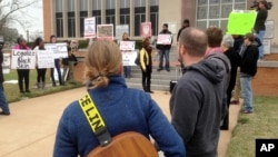 Una dos docenas de personas manifestaron frente a la corte del Condado de Waller en Texas, el miércoles, 6 de enero de 2016, donde un gran jurado acusó al policía Brian Encinia, en conexión con la muerte de Sandra Bland.