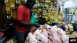 Un vendeur de poulets prépare des oiseaux à vendre sur un marché de Bambilors à Dakar, le 4 mai 2018.