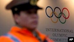 國際奧委會本周在阿根廷的布宜諾斯艾利斯舉行會議﹐會場外有警察看守。