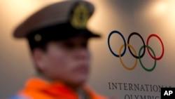 Un policier devant le siège de la commission international des Jeux Olympiques