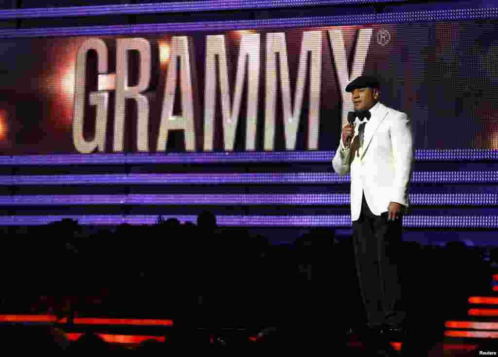 El presentador LL Cool J se dirige al público que asistió a la noche de la entrega de los premios Grammy 2013 en Los Angeles.