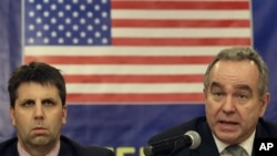 지난달 12일 필리핀 마닐라의 기자회견장에서 북한 미사일 발사에 대한 미국의 입장을 밝히는 커트 캠벨 미 국무부 동아시아태평양 담당 차관보(오른쪽).