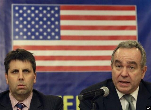 Trợ lý Ngoại trưởng bộ Ngoại giao Hoa Kỳ Kurt Campbell (phải) và trợ lý Ngoại trưởng bộ Quốc phòng trả lời câu hỏi trong cuộc họp tại Manila, Philippines, 12/12/2012. (AP Photo/Aaron Favila)