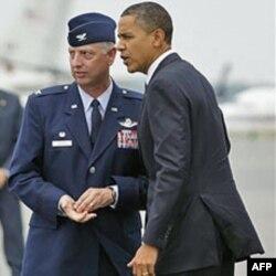 Prezident Obama harbiylarning jasadi olib kelinadigan Dover havo bazasi, Delaver shtatidagi maxsus inshootga tez-tez borib turadi